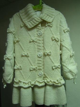 вязаное спицами детское пальто