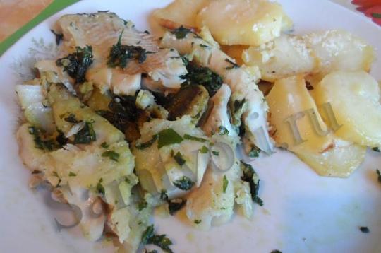 Хек в зеленом чесночном соусе